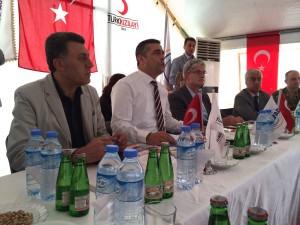 Møde i en tyrkisk flytningelejr for syrere nær den syriske grænse.